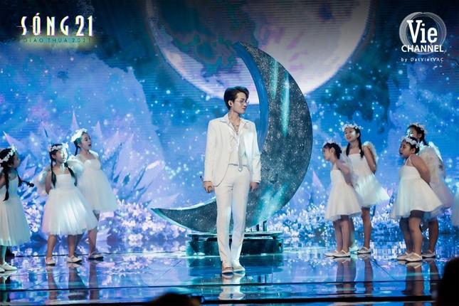 Jack biến sân khấu thành Wonderland với màn treo mình trên không giữa nền pháo hoa rực rỡ ảnh 5