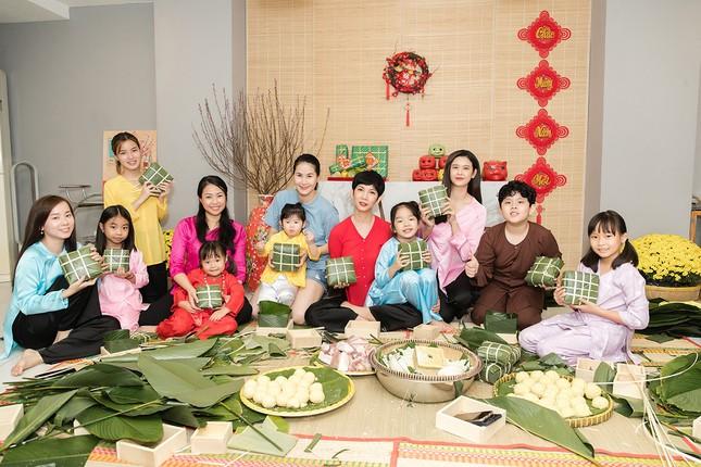 Mẹ con Trương Quỳnh Anh cùng nhà Xuân Lan, Thân Thúy Hà gói bánh chưng đón Tết ảnh 1