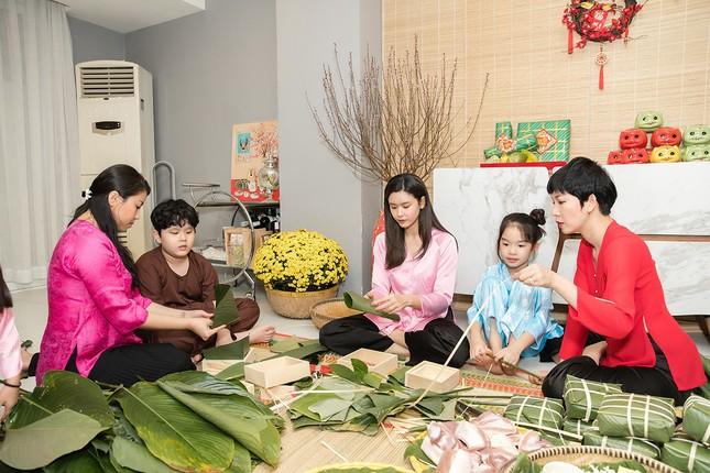Mẹ con Trương Quỳnh Anh cùng nhà Xuân Lan, Thân Thúy Hà gói bánh chưng đón Tết ảnh 3