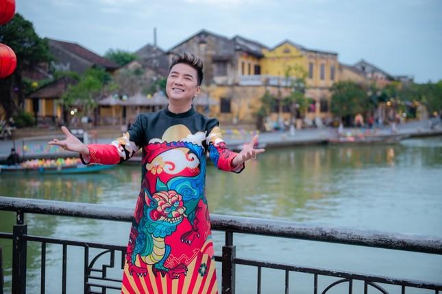 Đàm Vĩnh Hưng diện áo dài in hình Hoài Linh, Mỹ Tâm đi khắp 3 miền làm MV Tết ảnh 6