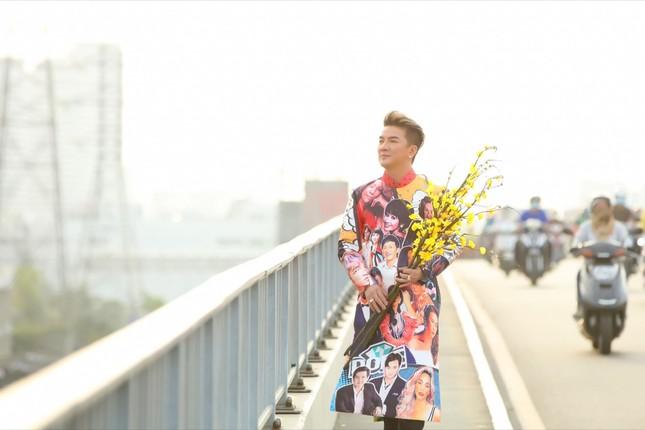 Đàm Vĩnh Hưng diện áo dài in hình Hoài Linh, Mỹ Tâm đi khắp 3 miền làm MV Tết ảnh 5