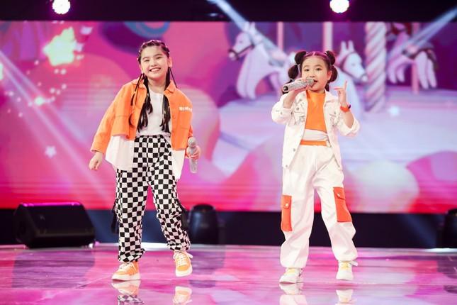 """Giọng hát Việt nhí: Big Daddy - Emily """"khoác áo mới"""" cho loạt hit quen thuộc để các học trò đối đầu ảnh 1"""