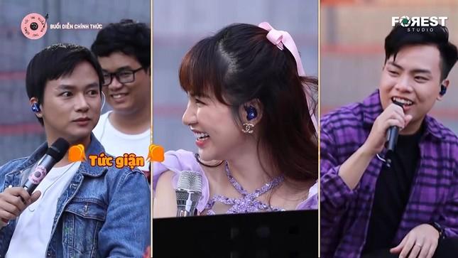 """Hòa Minzy, Anh Tú hài hước diễn lại cảnh """"hất tung điện thoại"""" của """"Hậu Duệ Mặt Trời"""" ảnh 4"""