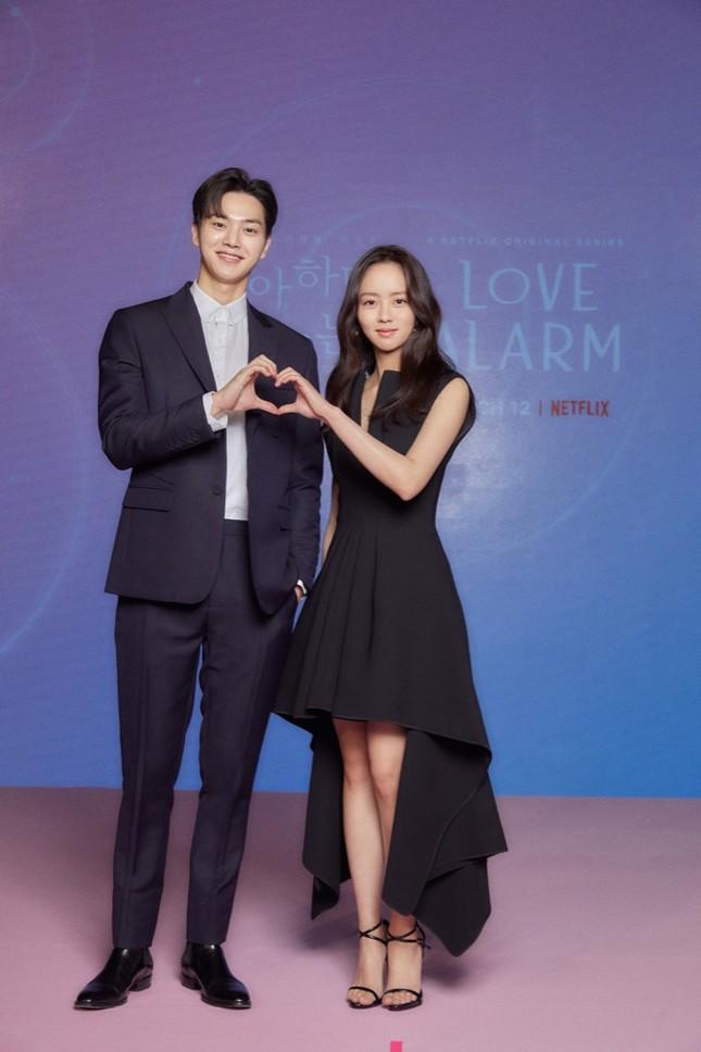 """Độc quyền: Trò chuyện cùng Kim Sohyun, Song Kang và đạo diễn phim """"Love Alarm 2"""" ảnh 1"""