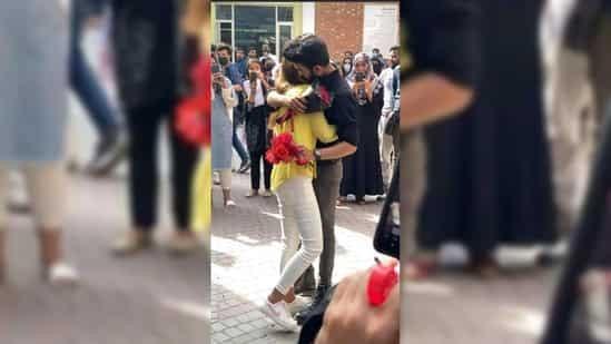 Công khai cầu hôn trong trường, hai sinh viên nhận cái kết không thể ngờ ảnh 1