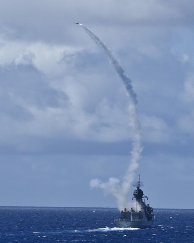 Cận cảnh tàu chiến Hoàng gia Australia cập cảng Đà Nẵng ảnh 2