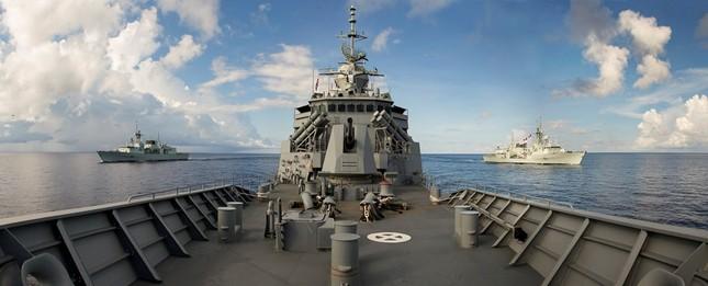 Cận cảnh tàu chiến Hoàng gia Australia cập cảng Đà Nẵng ảnh 1