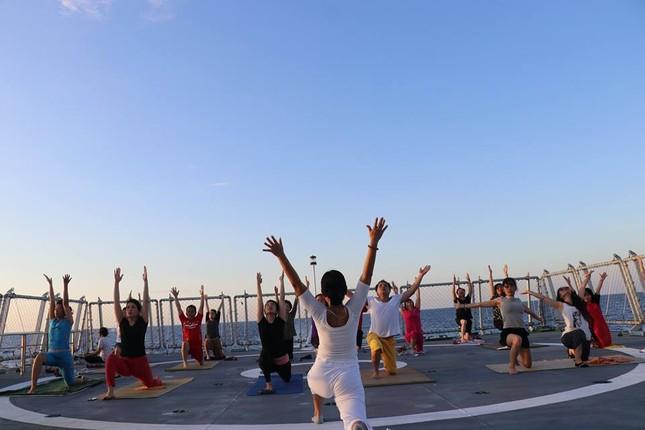 Độc đáo những buổi tập yoga giữa biển trời Trường Sa ảnh 2