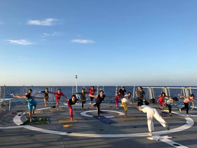 Độc đáo những buổi tập yoga giữa biển trời Trường Sa ảnh 3