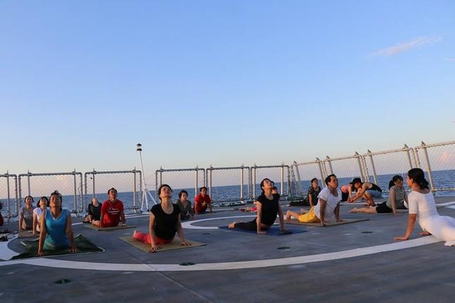 Độc đáo những buổi tập yoga giữa biển trời Trường Sa ảnh 4