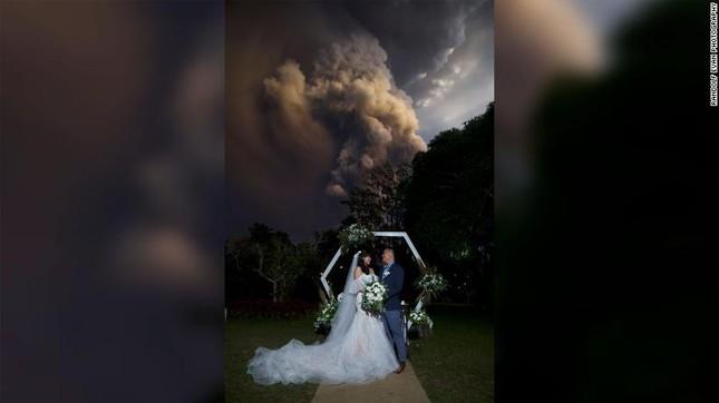 Mặc cho núi lửa phun trào, cặp đôi Philippines vẫn kết hôn ảnh 1