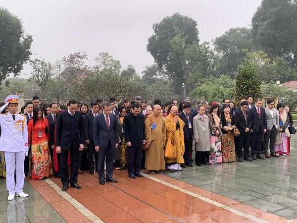 Các kiều bào tiêu biểu vào Lăng viếng Chủ tịch Hồ Chí Minh ảnh 1