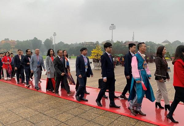 Các kiều bào tiêu biểu vào Lăng viếng Chủ tịch Hồ Chí Minh ảnh 2
