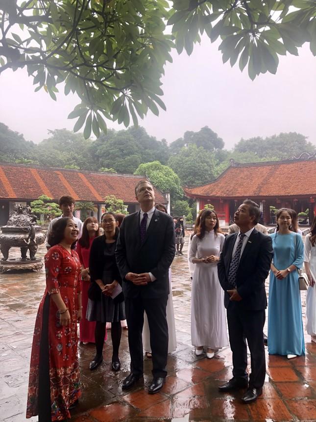 Đại sứ Mỹ thăm Văn Miếu nhân ngày Nhà giáo Việt Nam ảnh 5