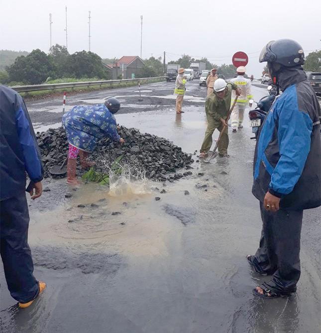 Xử lý cán bộ, 'trảm' nhà thầu sửa Quốc lộ 1 hư hỏng đoạn qua Phú Yên ảnh 1