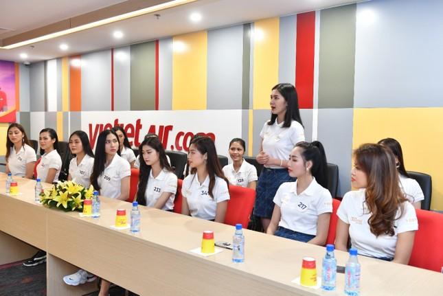 Thí sinh Hoa hậu Hoàn vũ khám phá học viện hàng không Vietjet ảnh 15