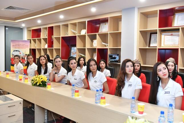 Thí sinh Hoa hậu Hoàn vũ khám phá học viện hàng không Vietjet ảnh 17