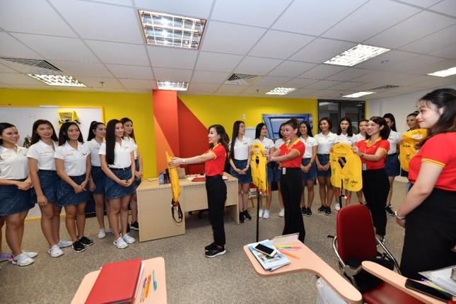 Thí sinh Hoa hậu Hoàn vũ khám phá học viện hàng không Vietjet ảnh 6