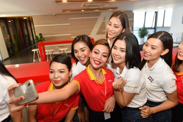 Thí sinh Hoa hậu Hoàn vũ khám phá học viện hàng không Vietjet ảnh 7
