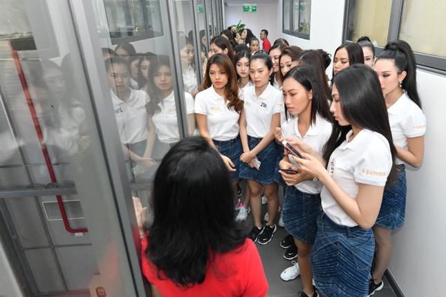 Thí sinh Hoa hậu Hoàn vũ khám phá học viện hàng không Vietjet ảnh 8
