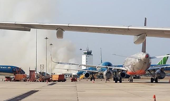 Máy bay nổ lốp, khói bốc cao ở sân bay Tân Sơn Nhất ảnh 2