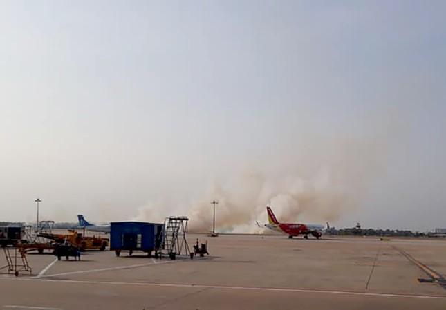 Máy bay nổ lốp, khói bốc cao ở sân bay Tân Sơn Nhất ảnh 1