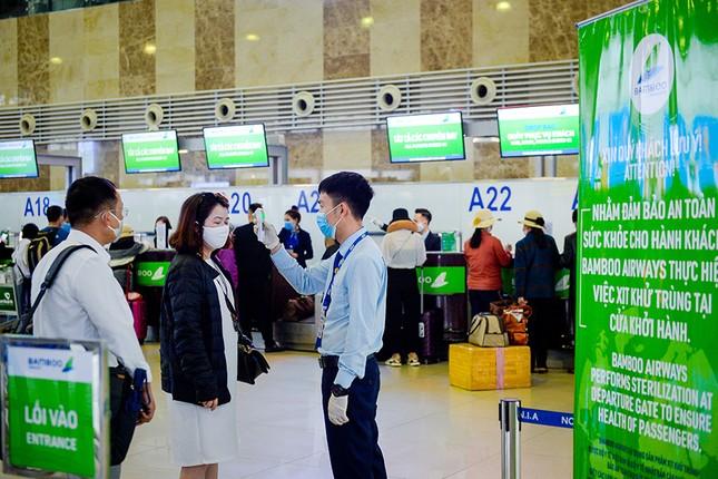 Hàng không Việt đầu tiên xịt khử trùng toàn bộ hành khách phòng dịch Covid-19 ảnh 1