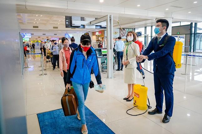 Hàng không Việt đầu tiên xịt khử trùng toàn bộ hành khách phòng dịch Covid-19 ảnh 3