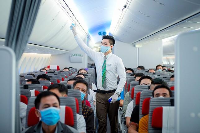 Hàng không Việt đầu tiên xịt khử trùng toàn bộ hành khách phòng dịch Covid-19 ảnh 5