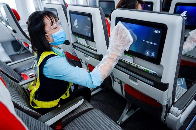 Hàng không Việt đầu tiên xịt khử trùng toàn bộ hành khách phòng dịch Covid-19 ảnh 6