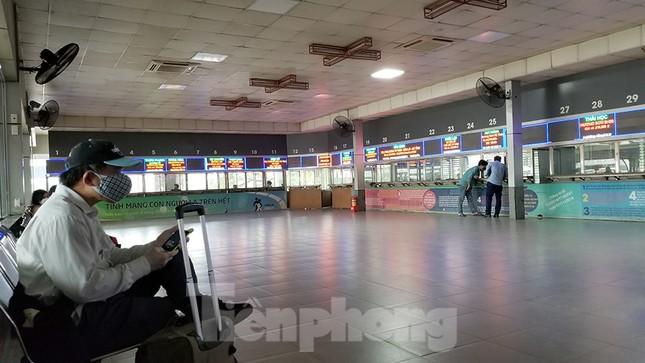 Bến xe Hà Nội vắng tanh ngày đầu áp lệnh hạn chế xe khách chống dịch COVID-19 ảnh 9
