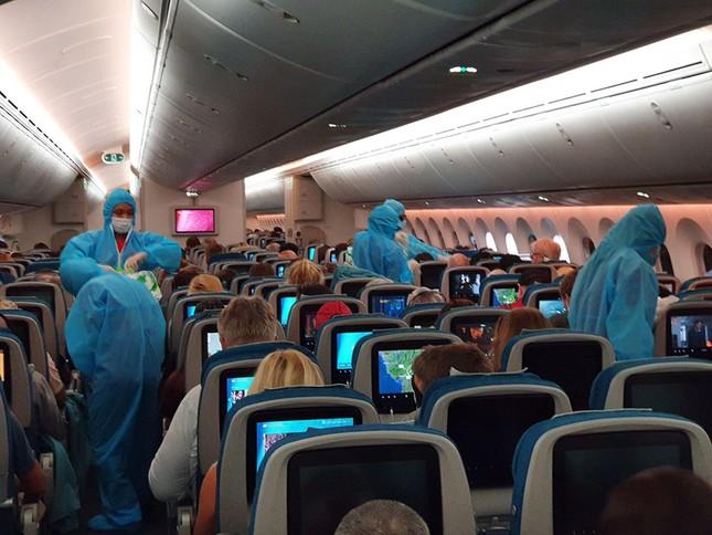 Vietnam Airlines đưa hàng viện trợ của Việt Nam và công dân châu Âu hồi hương ảnh 1