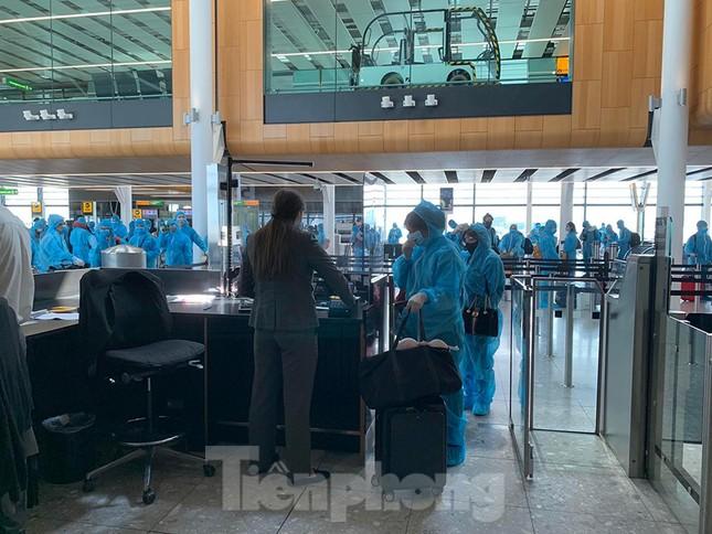 Phi công người Anh đã về đến quê nhà sau 15 giờ bay từ Hà Nội ảnh 10