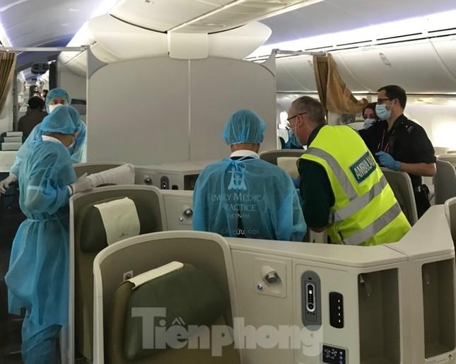 Phi công người Anh đã về đến quê nhà sau 15 giờ bay từ Hà Nội ảnh 3