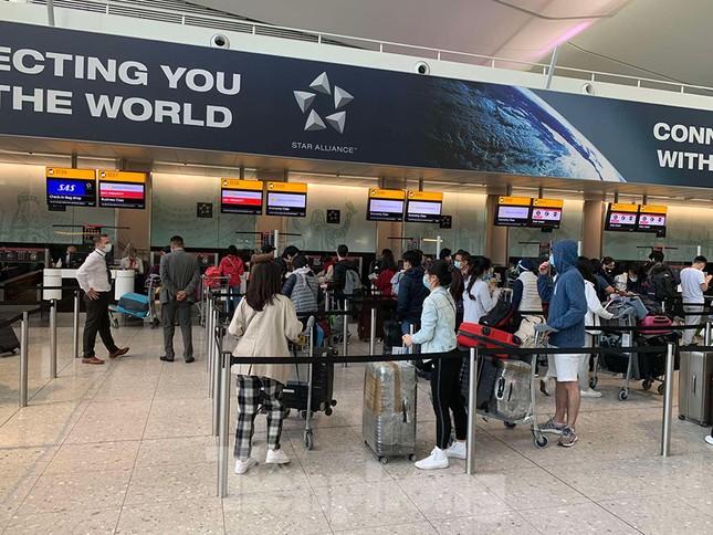 Phi công người Anh đã về đến quê nhà sau 15 giờ bay từ Hà Nội ảnh 7