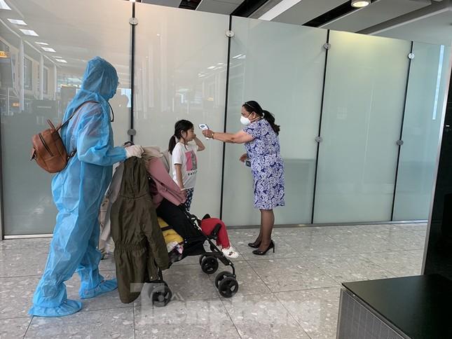Phi công người Anh đã về đến quê nhà sau 15 giờ bay từ Hà Nội ảnh 8