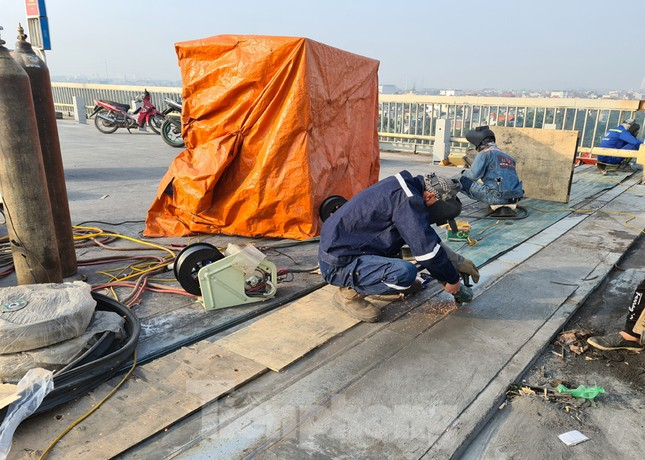 Đổ mẻ bê tông cuối cùng sửa mặt cầu Thăng Long ảnh 9