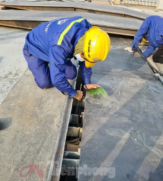 Đổ mẻ bê tông cuối cùng sửa mặt cầu Thăng Long ảnh 10