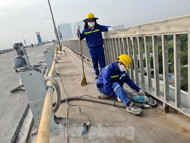 Đổ mẻ bê tông cuối cùng sửa mặt cầu Thăng Long ảnh 12
