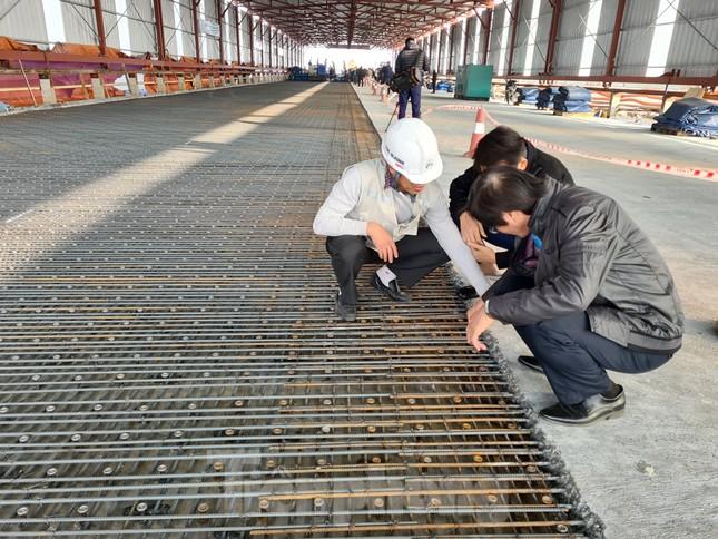Đổ mẻ bê tông cuối cùng sửa mặt cầu Thăng Long ảnh 2
