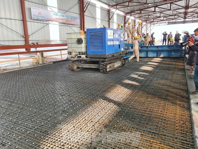 Đổ mẻ bê tông cuối cùng sửa mặt cầu Thăng Long ảnh 4