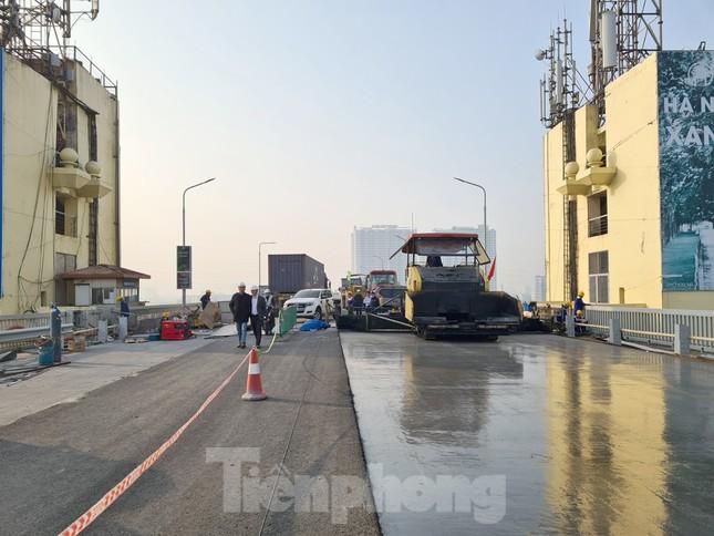Đổ mẻ bê tông cuối cùng sửa mặt cầu Thăng Long ảnh 7