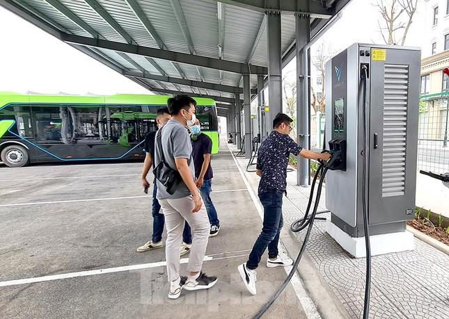Vận hành tuyến xe buýt điện đầu tiên của Việt Nam ảnh 12