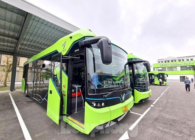 Vận hành tuyến xe buýt điện đầu tiên của Việt Nam ảnh 1