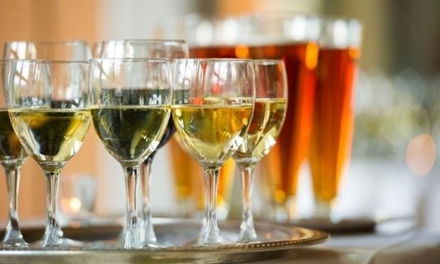 Đồ uống có cồn nếu dùng lạm dụng cũng gây ra những nguy hại cho sức khỏe.