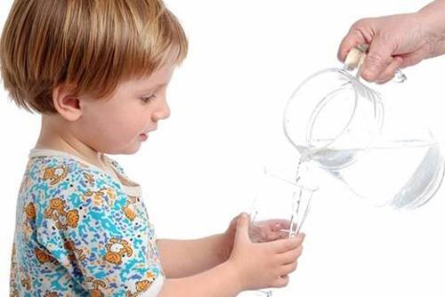 Nước rầt cần thiết cho cơ thể con người ngay từ khi mới sinh ra.