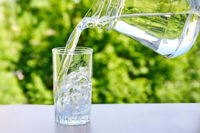 Những cách uống nước 'hủy diệt' gan thận, nhiều người Việt đang làm hàng ngày ảnh 4