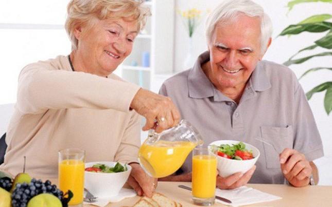 Bác sĩ khuyên người cao tuổi những việc nên làm để chống COVID-19 ảnh 2
