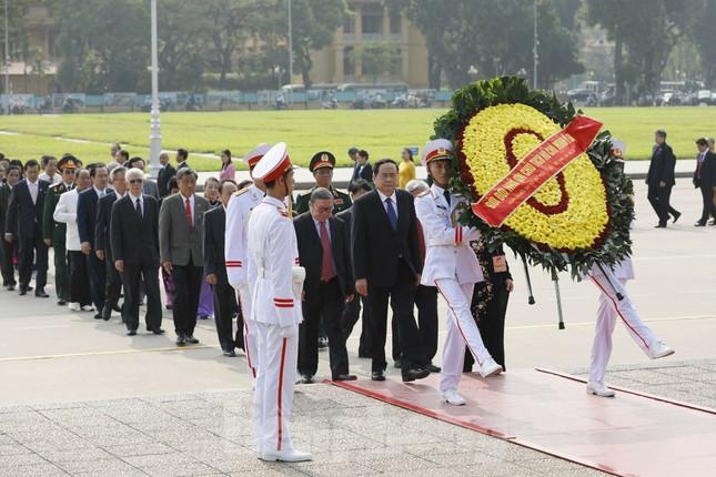 Đoàn đại biểu Mặt trận Tổ quốc Việt Nam vào lăng viếng Bác Hồ ảnh 1