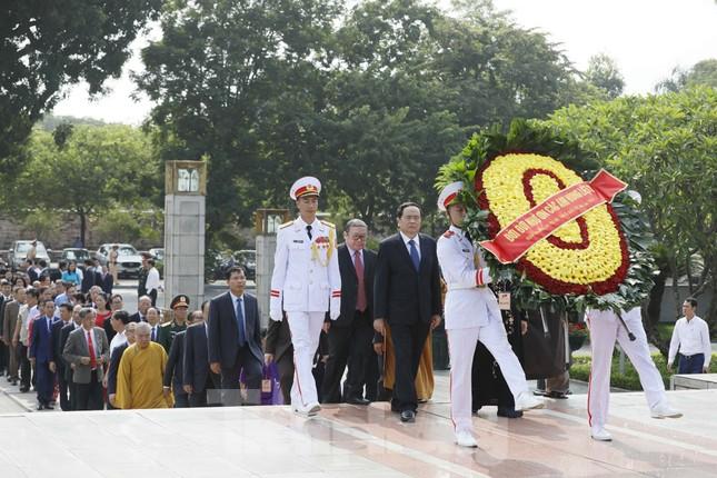 Đoàn đại biểu Mặt trận Tổ quốc Việt Nam vào lăng viếng Bác Hồ ảnh 5